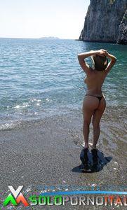Valentina Nappi in topless al mare