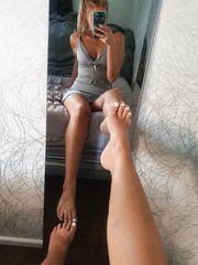 ragazzina amatoriale esibisce i piedi