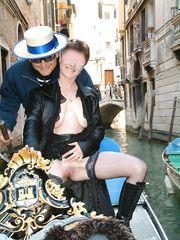 In gondola a Venezia con la fica che prende aria