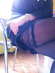 Seduta in minigonna e autoreggenti