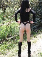 Lolita italiana ventenne porcellina all'aperto