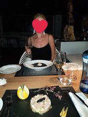 Cena romantica e upskirt al ristorante