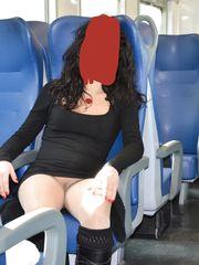 In treno con minigonna e autoreggenti senza mutandine