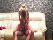 Sesso sul divano con giovane fidanzata russa che ingoia tutto