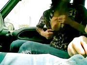 Prostituta che fa un pompino in macchina