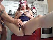 Casalinga italiana masturbata in cucina