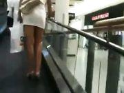 Milf italiana con una minigonna cortissima al centro commerciale