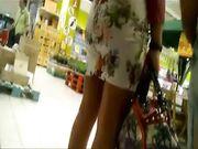 Bella cougar in minigonna al centro commerciale