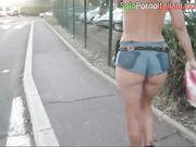 Esibizionista italiana cammina nuda in vacanza