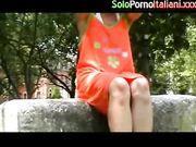 Moglie italiana esibizionista al parco