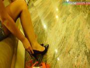 Bella cosciona prova scarpe in un negozio