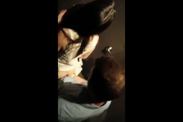 Troietta italiana scopata nel bagno della discoteca solopornoitaliani