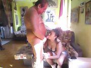 Vecchio in vacanza si fa fare una pompa da studentessa