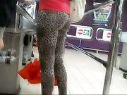 Il bel culo leopardato di una Milf al supermercato