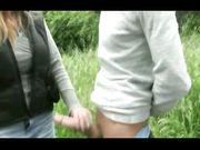 Tettona porca tocca il cazzo di un guardone al parco