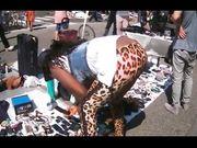 Bella ragazza di colore a pecorina al mercatino