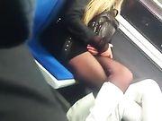 Sexy biondina in minigonna in metropolitana