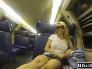 Elisa esibizionista fa vedere la fica in treno