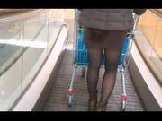 In minigonna al supermercato