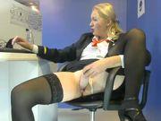 La hostess porcella si masturba in ufficio