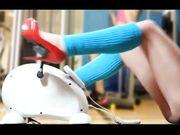 In palestra pedalando in tacchi rossi