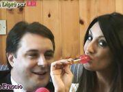 Marika Fruscio mostra ad Andrea Dipre come lo succhia