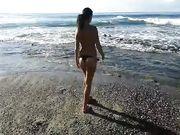 Tee italiana esibizionista in topless al mare