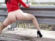 Valentina Nappi piscia in pubblico