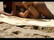 Coppia esibizionista italiana scopa in spiaggia