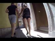 Giovane fichetta bionda con bel culo cammina per strada