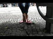 Riprende i piedini in ciabatte di una bella zoccoletta