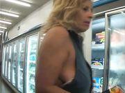 Mammina tettona al supermercato al frigor surgelati