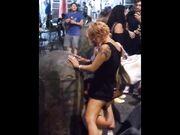 Ubriaco lecca la fica alla fidanzata in piazza a Napoli