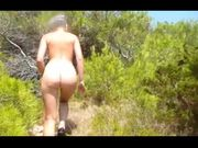 Fidanzata nudista sulla spiaggia in Croazia