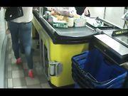 Gnocca con bel culo alla cassa del supermercato