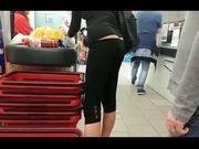 Ragazza in fuseaux senza slip al supermercato