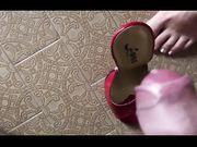 Sborrata nelle scarpe della moglie che poi le indossa