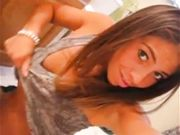 Giorgia Sassari si masturba in bagno selfie hot