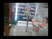 Ragazza fica in minigonna in farmacia
