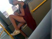 Bella fichetta italiana scosciata in autobus