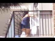 Upskirt vicina di casa sul balcone