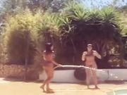 Belen e sua sorella Cecilia giocano con la canna dell acqua in bikini