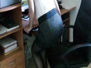 Una giovane segretaria in autoreggenti si infila una penna nella fica