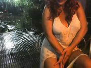 Tettona esibizionista sotto la pioggia
