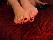 Sexy piedini e cosce in tacchi e autoreggenti