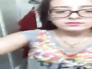 Ragazza diciottenne con occhiali mostra le tette su Periscope