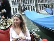 Mogliettina senza mutandine in gondola a Venezia