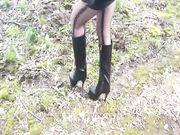Minigonna tacchi e stivali all aperto