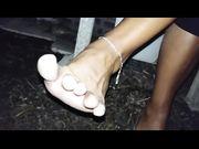 Gioca coi piedini all'aperto con scarpe ballerine