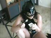 Slave sottomesso ingoia yogurt e piscio della mistress